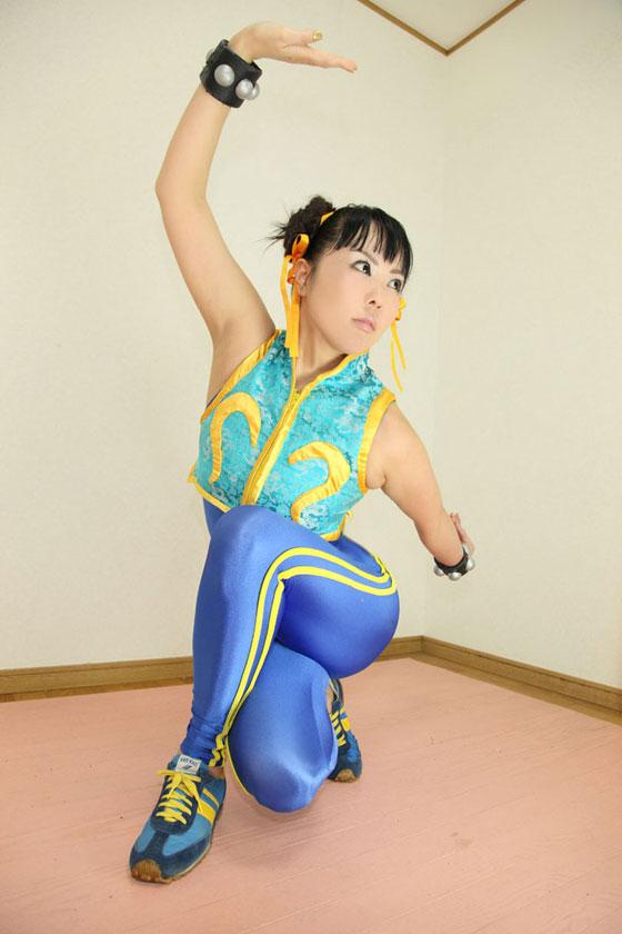 Chun Li cosplay crouching