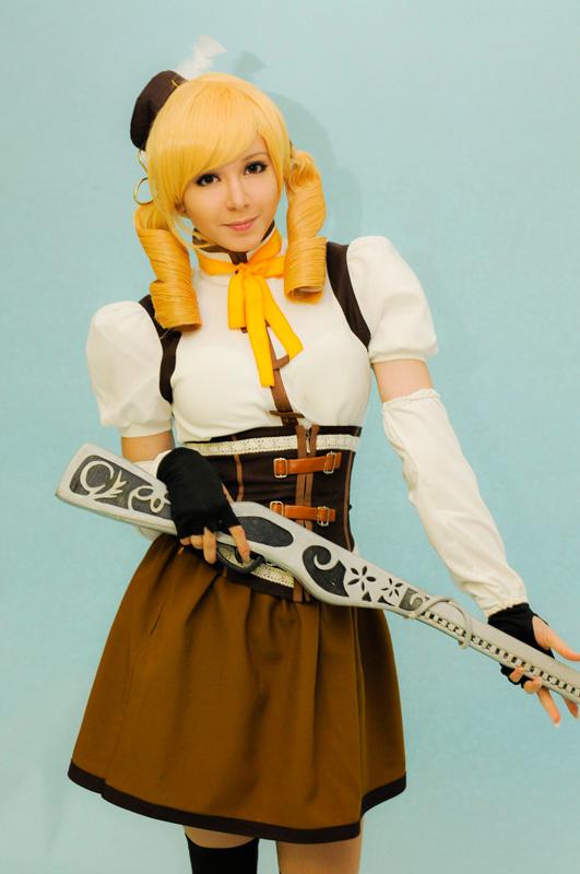 cosplay of Tomoemami Standing from Mahou Shoujo Madoka Magica